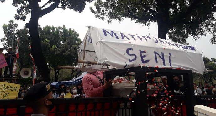 Pekerja Seni Jakarta Demo Bawa Keranda Mayat ke Depan Kantor Anies