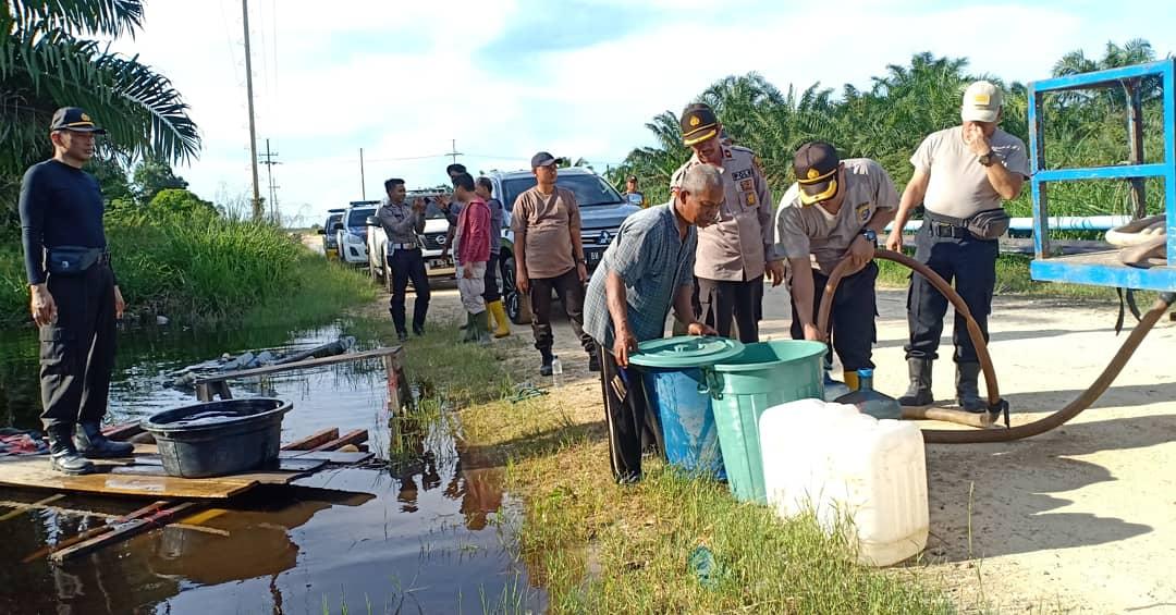 Polres Rohil Bagikan Air Bersih kepada Warga Korban Banjir di Desa Impah