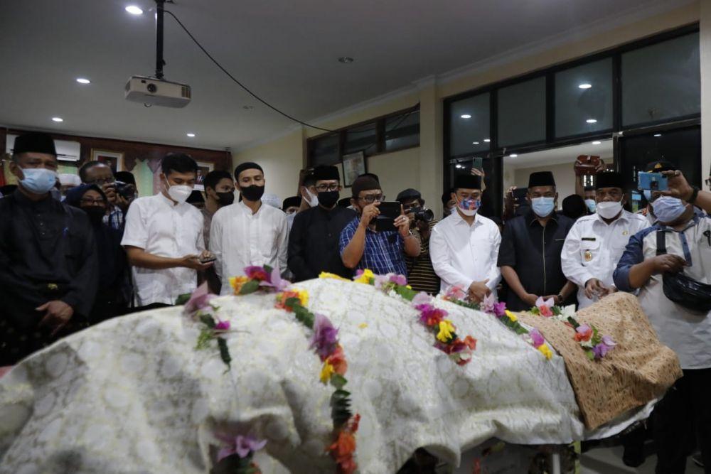 Sebelum Disalatkan, Jenazah Datuk Seri Al Azhar Disemayamkan di Balai Adat