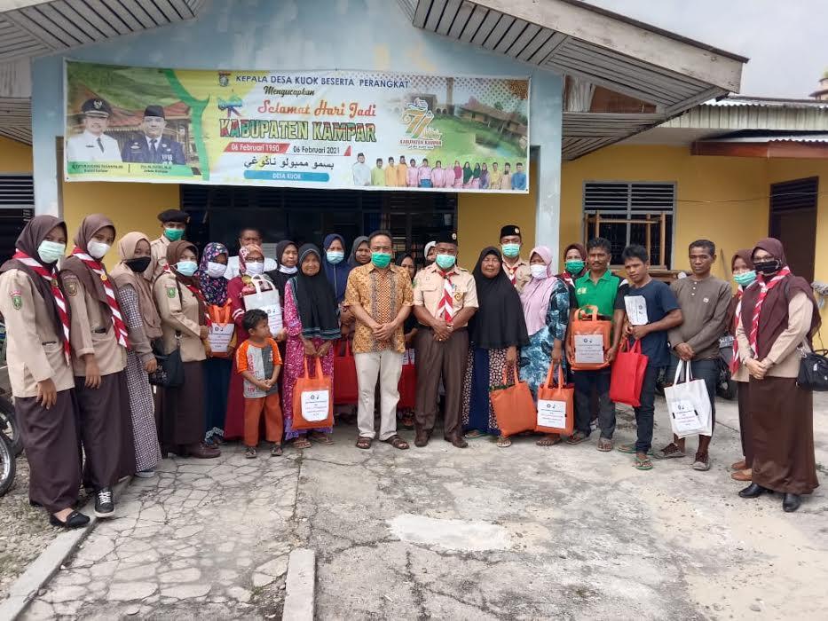Pramuka Kwartir Ranting Kuok Serahkan Bantuan Paket Ibadah ke Korban Kebakaran Pasar