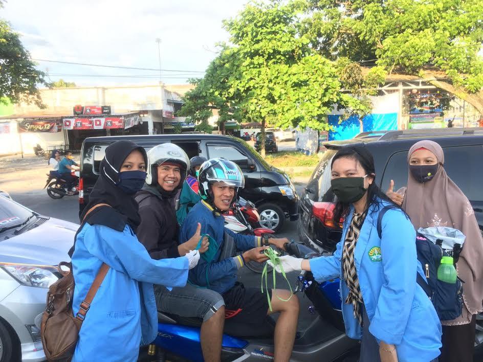 Mahasiswa Kukerta Relawan Covid-19 Unri Bagikan Masker ke Masyarakat Pekanbaru