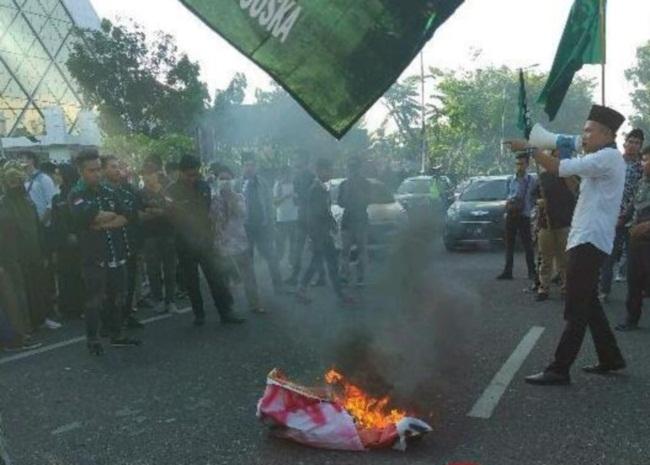 Blokade Jalan, Mahasiswa Bakar Spanduk di Depan Mapolda Riau