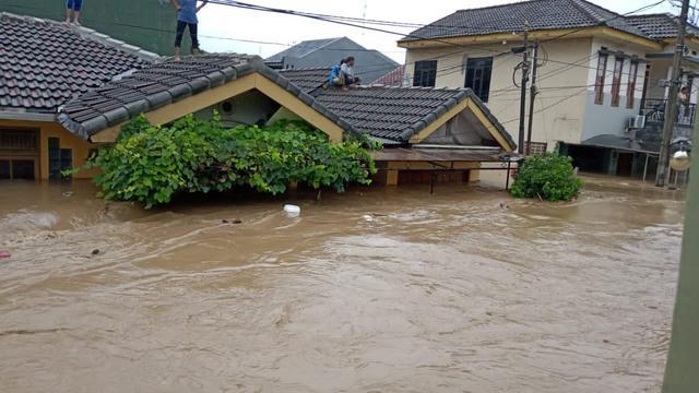 Ngeri! Bayi Usia 14 Hari Terjebak Banjir Jakarta Setinggi 3 Meter