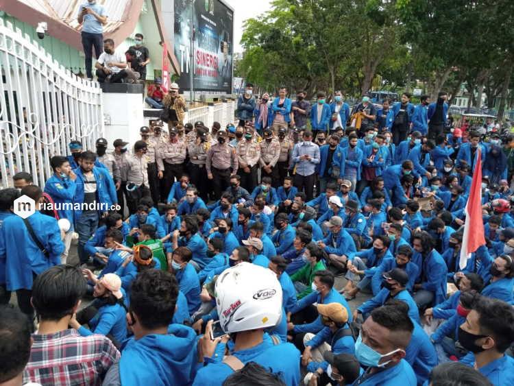 Demo Omnibus Law Berbuntut Panjang, Mahasiswa Unjuk Rasa di Kejati Riau Siang Ini