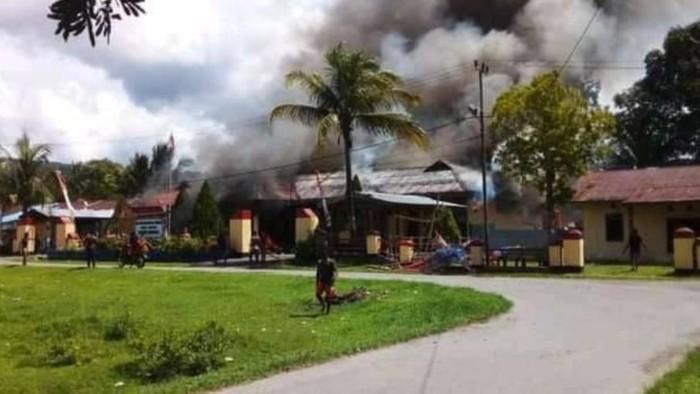 Ada Warga yang Ditembak, Mapolsek di Papua Dibakar Massa