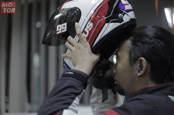 Jangan Pakai Headset Saat Berkendara!