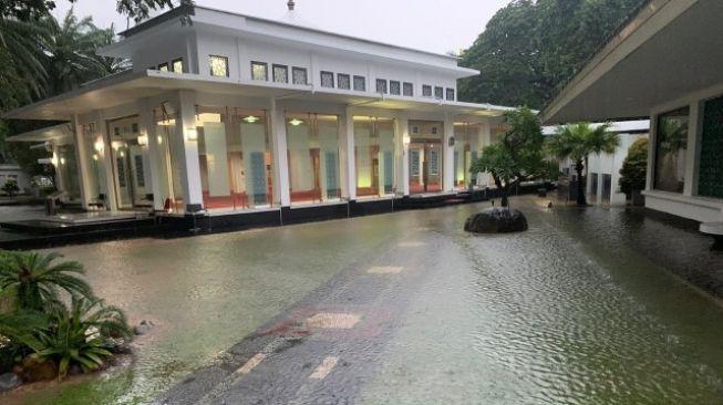 Dihajar Banjir Lagi, Jakarta Nyaris Lumpuh Total