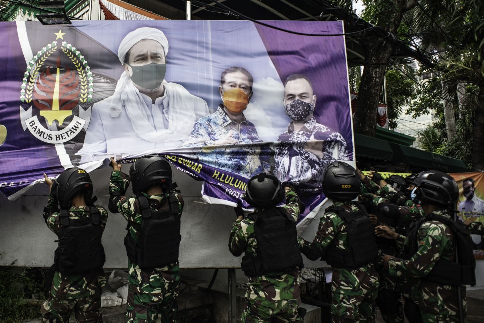 Massa FPI Marahi TNI Saat Baliho Habib Rizieq Diturunkan: Itu Milik Rakyat!
