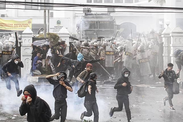 Disemprot Water Cannon, Anak STM ke Polisi: Woy, Buku Gue Basah!