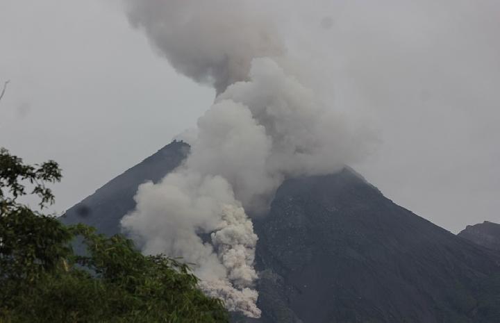 Gunung Merapi Mulai Intens Muntahkan Awan Panas dan Lava Pijar