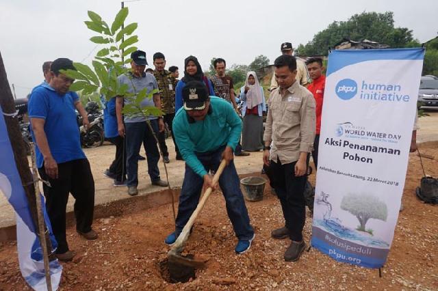 Peringati Hari Air Sedunia, PKPU Riau Bersama Warga Tenayan Raya Tanam Seribu Pohon