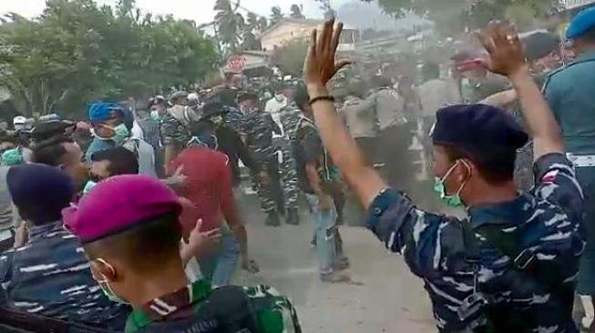 Bentrok Warga dengan Aparat Pecah, Tolak Kedatangan WNI dari Wuhan di Natuna