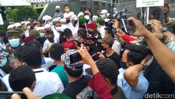 Sudah Diusir, Polisi Nekat Datang Lagi ke Rumah Habib Rizieq Antar Surat Pemanggilan