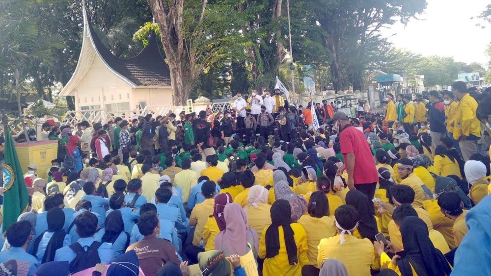 Mahasiswa Beri Gubernur Sumbar Kartu Merah, Ini Penyebabnya