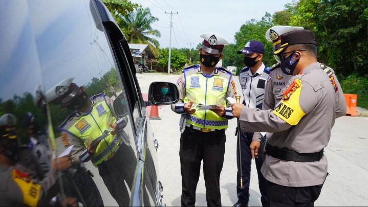 Polres Siak Putar Balikkan Pengendara yang Tak Bawa Surat Bebas Covid-19