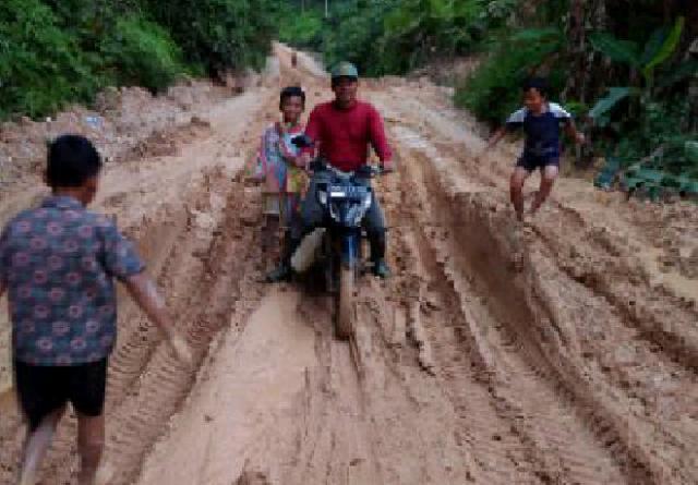 Jalan Poros Desa Tanjung Air Hitam Hancur