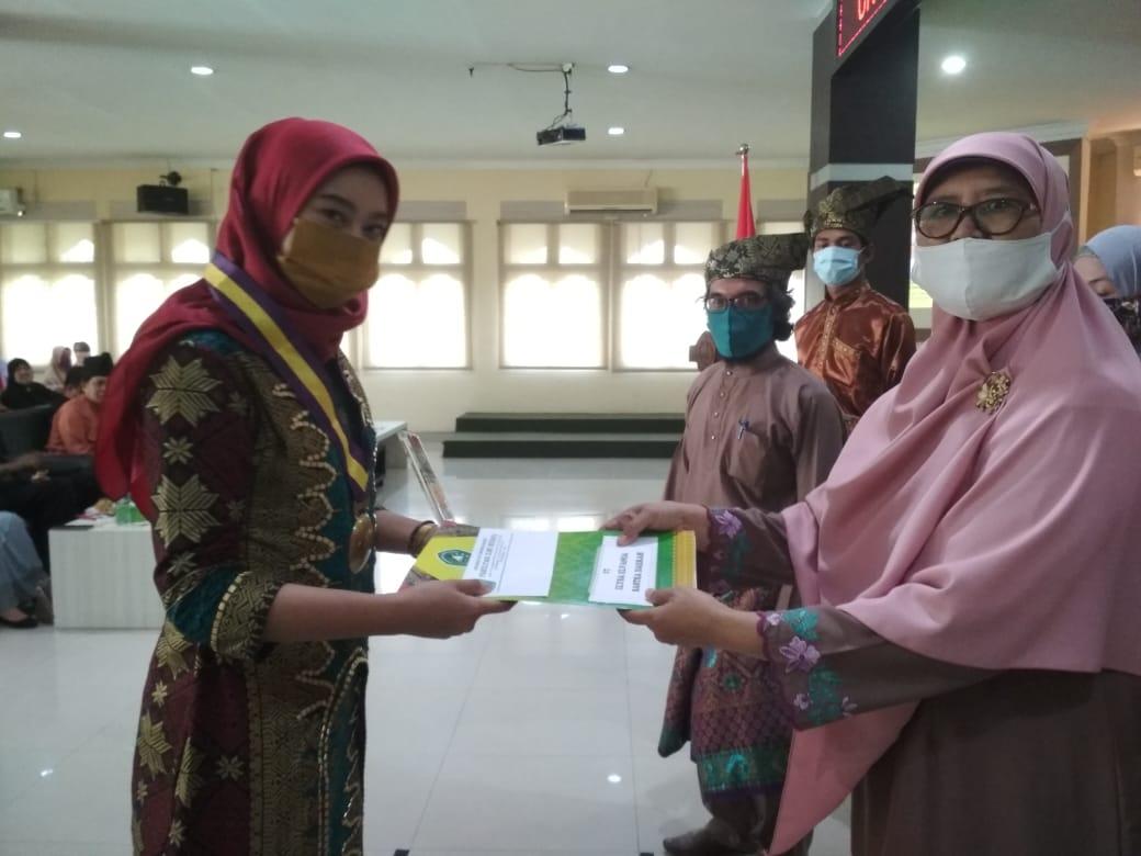 Penerima Beasiswa Pemprov Riau Elysa Jadi Pemuncak Yudisium FIB Unilak