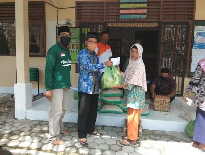 Pemkam Empang Pandan Bagikan 13 Paket Sembako Bantuan Baznas Siak ke Warga Terdampak Covid-19