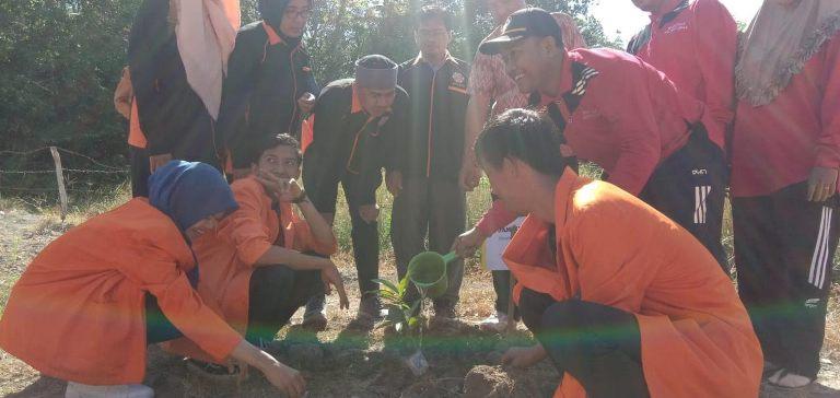 STIE Riau Serahkan Bibit Tanaman Produktif ke Warga Desa Sei Cingam Pulau Rupat