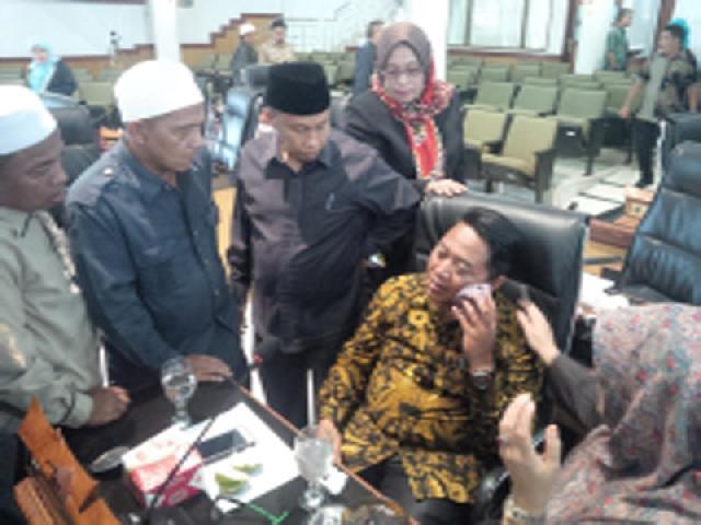 Anggota DPRD Adu Jotos Saat Sidang