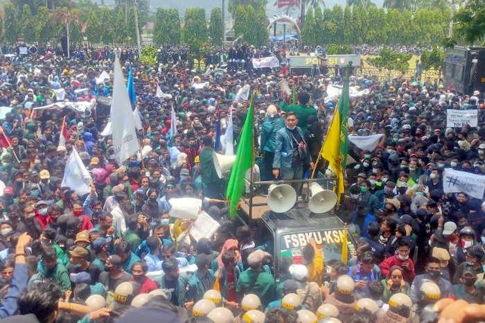 Demo Tolak UU Ciptaker di Lampung Ricuh, Pelajar Lempari Petugas dengan Batu