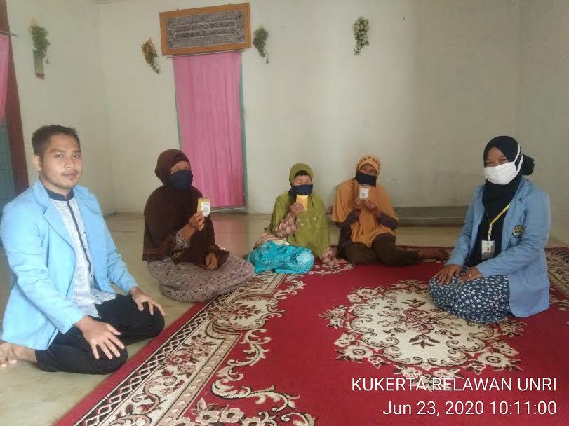 Tim Relawan Covid-19 Unri Desa Seresam Inhu Bagikan Ekstrak Jamu kepada Lansia