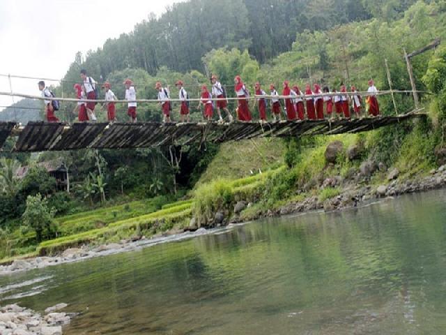 Lantai Jembatan Gantung  Sawah Makin Kritis