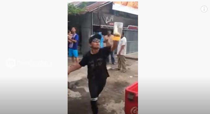 Heboh Bukan Main, Atraksi Penjual Pop Ice Ini Malah Bikin Lelah yang Lihat