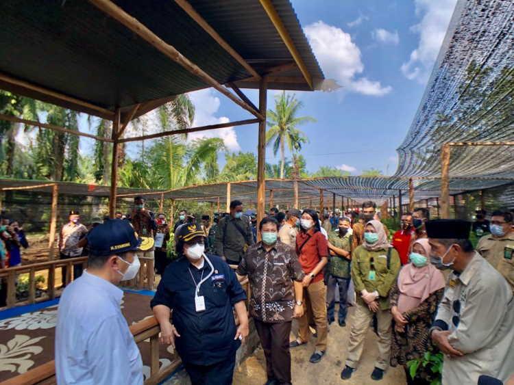 Menteri LHK Resmikan KBD dan Serahkan Bantuan untuk Masyarakat Riau
