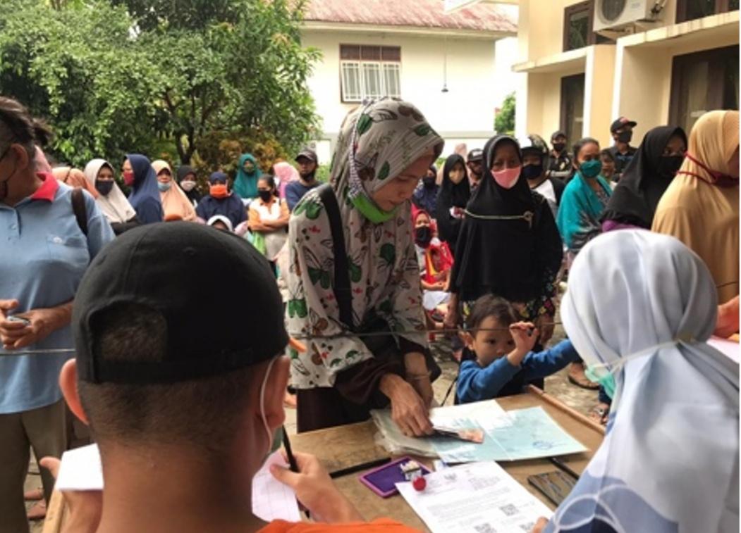Tim Pengabdian Mahasiswa Unri Bantu Salurkan BLT di Kelurahan Rejosari