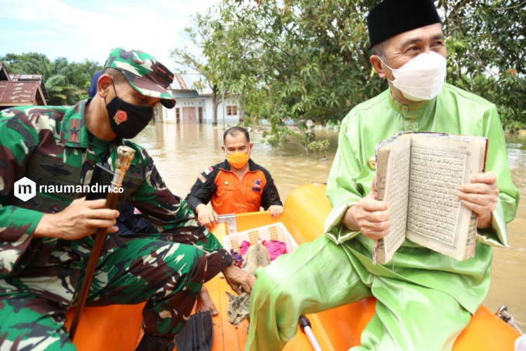 Gubernur Riau-Danrem Selamatkan Alquran dan 3 Ekor Kucing dari Banjir Pekanbaru