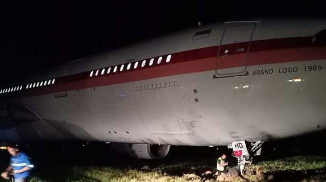 Pesawat Garuda Keluar Landasan Pacu Saat akan Take Off