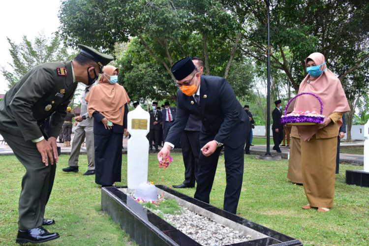 Peringati Hari Pahlawan, Pj Bupati Bengkalis Ziarah Makam Pahlawan