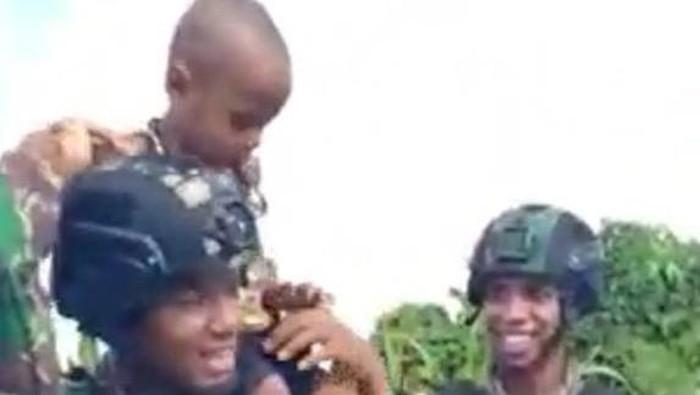 Begini Cerita Bocah Papua Nangis Tak Mau Ditinggal Prajurit TNI yang Videonya Viral