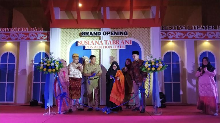 Gubernur Riau Puji Kemegahan Bangunan Susiana Tabrani Convention Hall