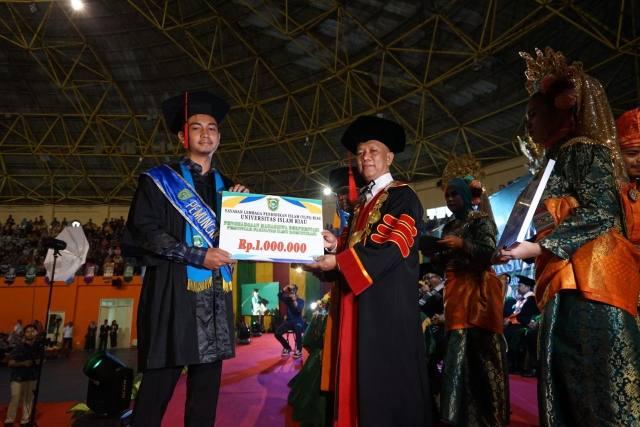 Nurhakim dari Teknik Geologi Raih IPK Tertinggi 3,89, Rektor Beberkan Prestasi UIR