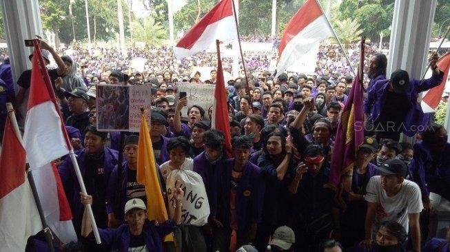 Aksi Mahasiswa Tolak RUU KPK, Gapura DPRD Roboh dan Kaca Gedung Pecah