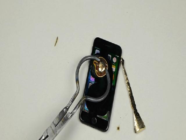 Ini Reaksi Dari iPhone 7 Jika Diberi Lelehan Emas