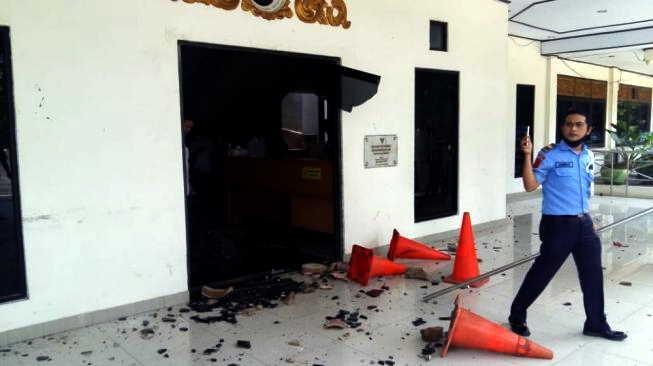 Ratusan Pelajar Rusak Gedung DPRD Jambi Saat Polisi Amankan Demo Mahasiswa