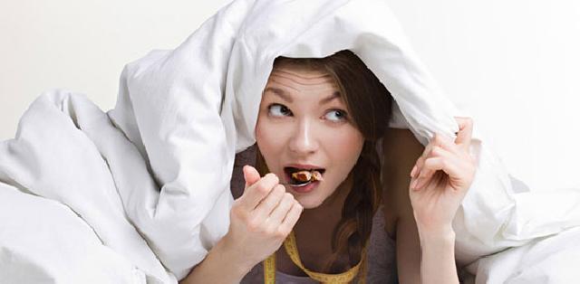 Hindari Melakukan Kebiasaan Ini Sebelum Tidur Jika Ingin Langsing!
