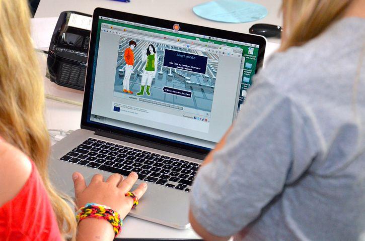 Webinar Literasi Digital: Hidup Pintar di Tengah Dunia Digital