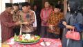 Bupati Rohul Didaulat Memotong Tumpeng HUT Desa Muara Jaya ke-36