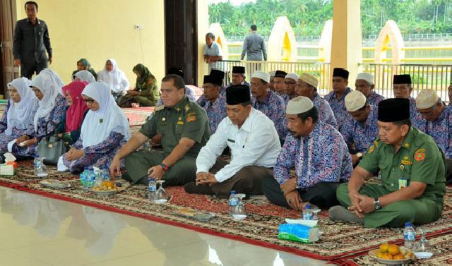 Bupati Yopi Lepas Jamaah Umrah BKMT Kabupaten Inhu