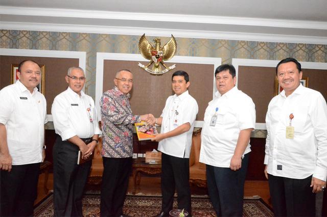 Plt Gubernur Riau  Serahkan LAKIP Provinsi Riau Tahun 2015 kepada Menpan RB RI